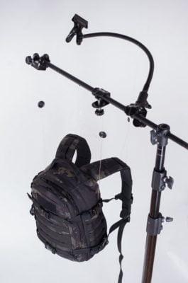 plecak zawieszony na stelażu